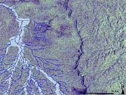 В центре: хребет, по одну сторону которого произошла вспышка лихорадки Эбола, а в правом никто не заболел ©esa.int.